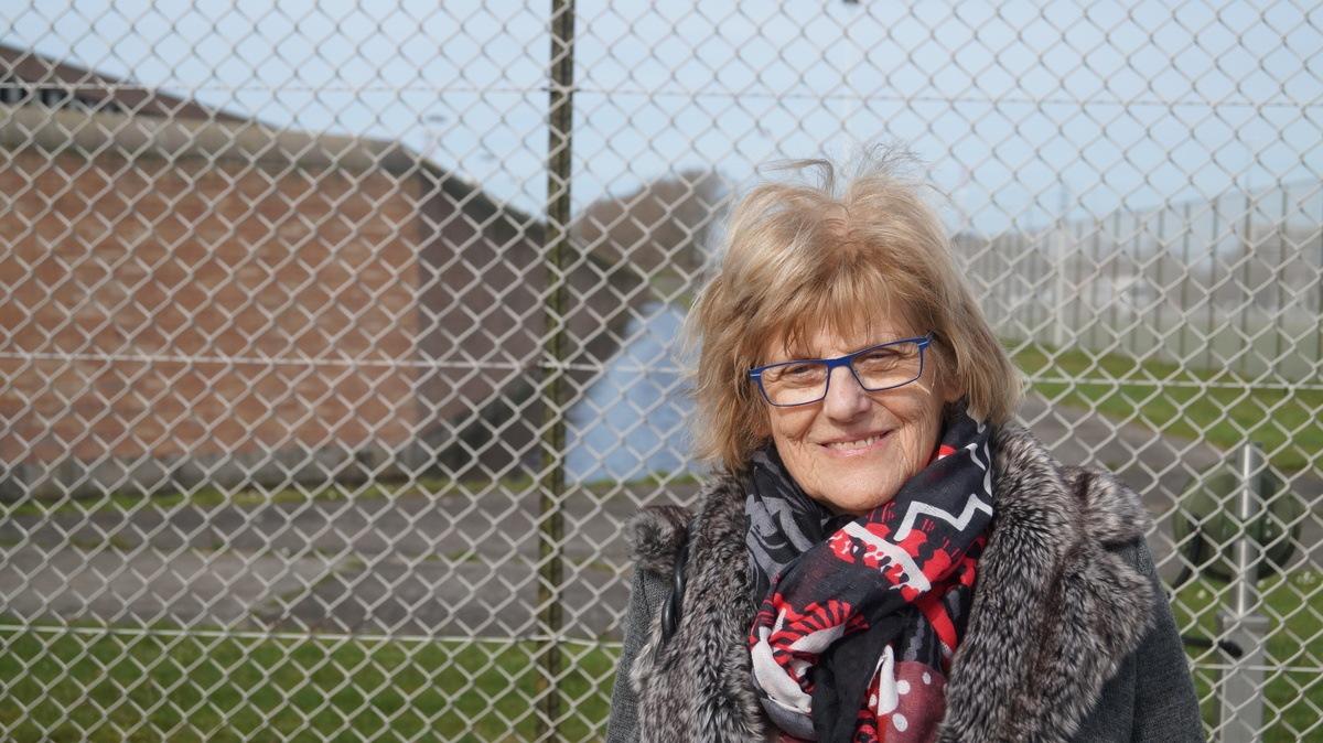 Nancy De Maesschalck aan de gevangenis van Brugge waar ze wekelijks met gedetineerden gaat praten. Foto: Miro Knudde