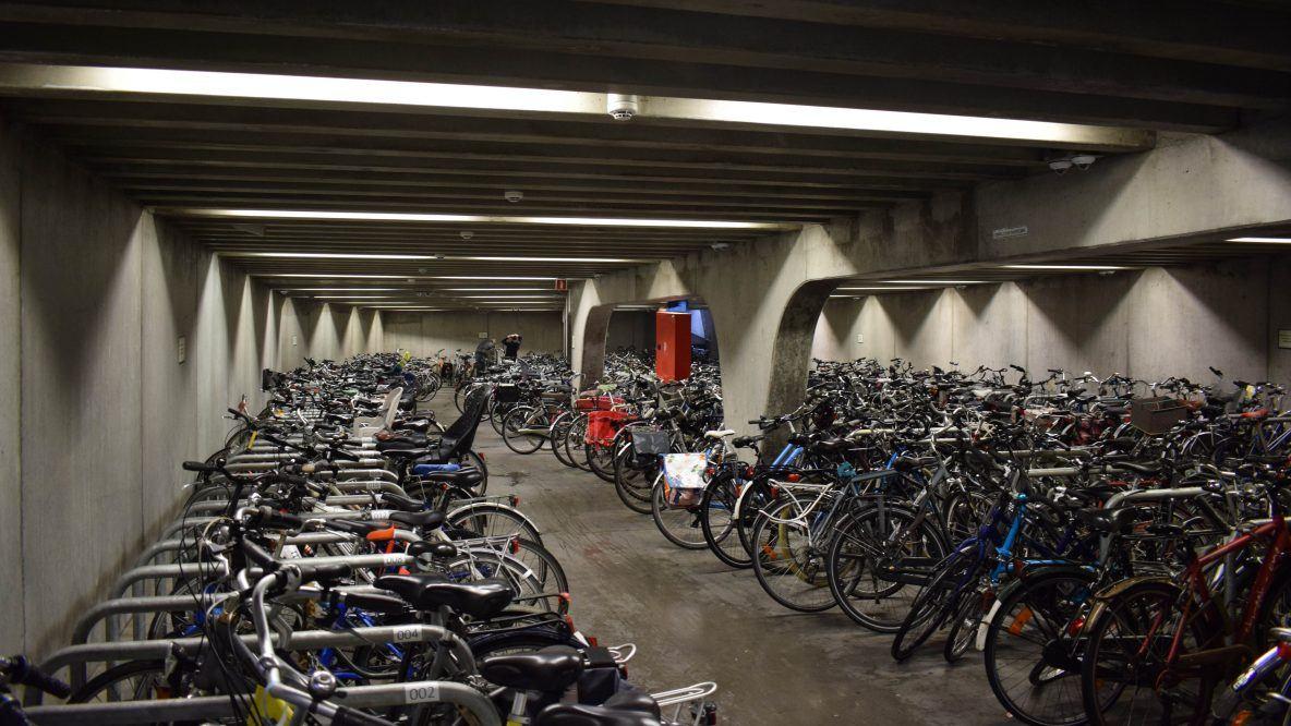 Foto van een redelijke volle fietstalling aan de korenmarkt.