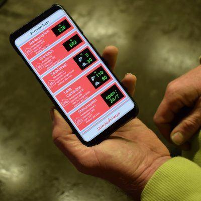 Een foto van een smartphone die de app voor fietsparkeerplaats in Utrecht weergeeft