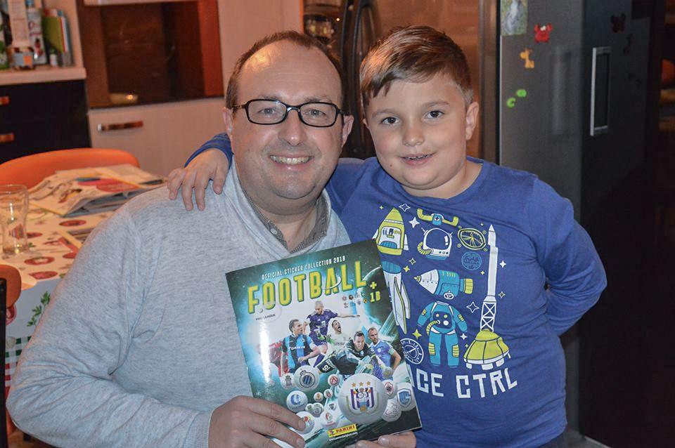 Vincent en zijn zoon poseren trots met het album