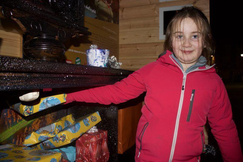 Leerling Mira legt een cadeautje in de kast