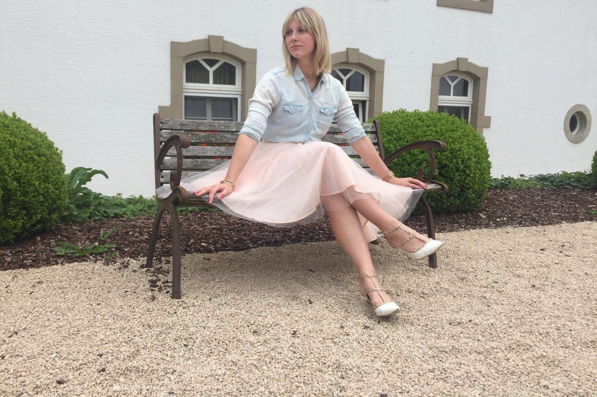 Maritsa van Iterson die op een bankje zit. Deze foto werd genomen op het domein van het kasteel Chateau D'Urspelt