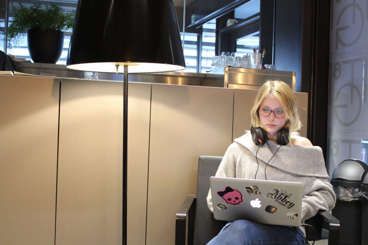 Ikzelf(Maritsa van Iterson) die in een zetel zit met mijn computer en hoofdtelefoon. Ik doe redactiewerk voor de uitzending van Vers Geperst.