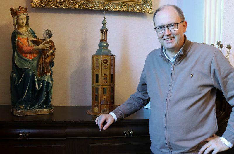 Pastoor Jan met een maquette van de kerktoren