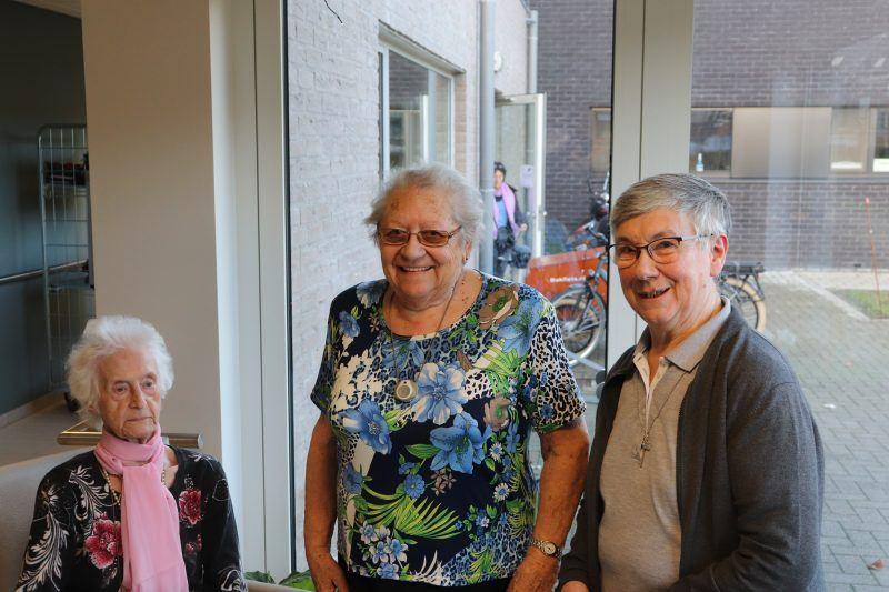 Zuster Rita (rechts) komt dagelijks een kijkje nemen bij de bewoners, al is het voor een goede babbel