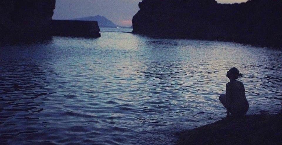 's Avonds laat in Gaiola. De Franse hoofdrolspeelster Eva zit naakt op een rots tijdens een van de laatste scènes van de film terwijl ze staart naar het eiland. Jade beschrijft dit als een magisch moment opgenomen in een iets wazigere foto.