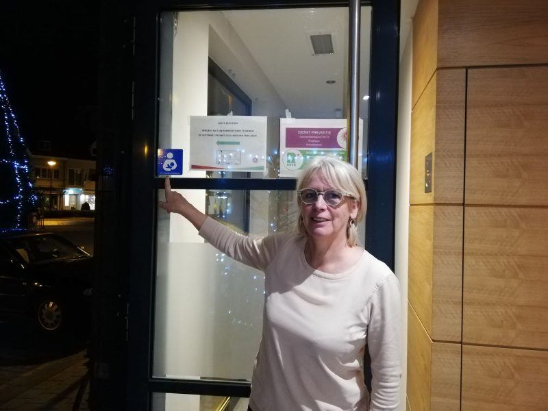 Marleen Verhas, gezinsondersteuner bij Rotz, wijst de sticker aan.
