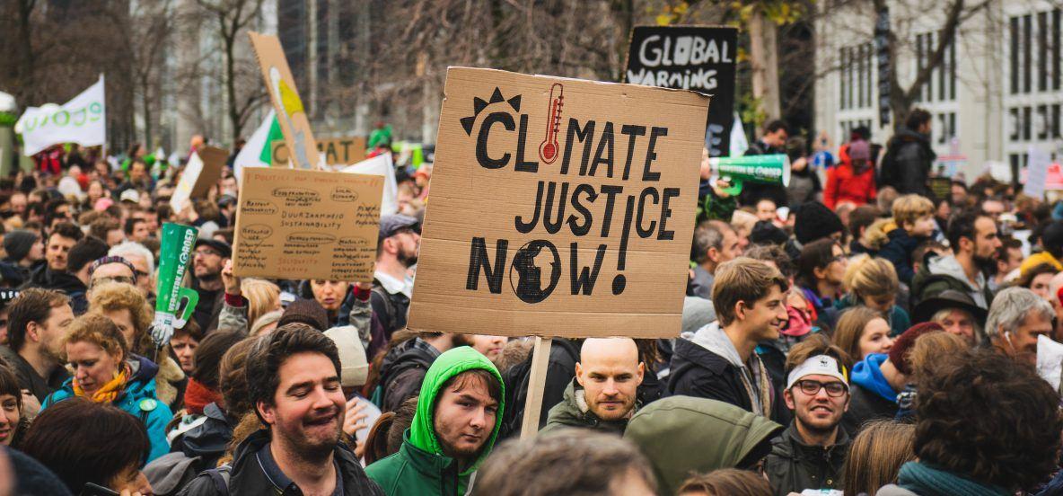 Jongeren trekken met hun borden en slogans door de straten van Brussel tijdens de klimaatmars van 2 decemeber 2018