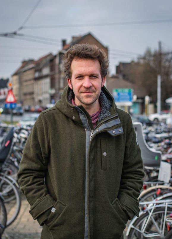 Joeri Thijs in de fietsenstalling in het station van zijn thuisstad Gent.