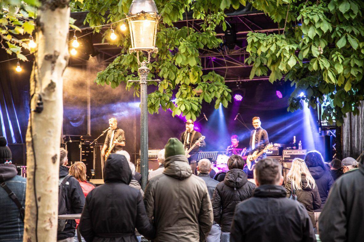 De band BOUViER treedt op op de Burg in Brugge