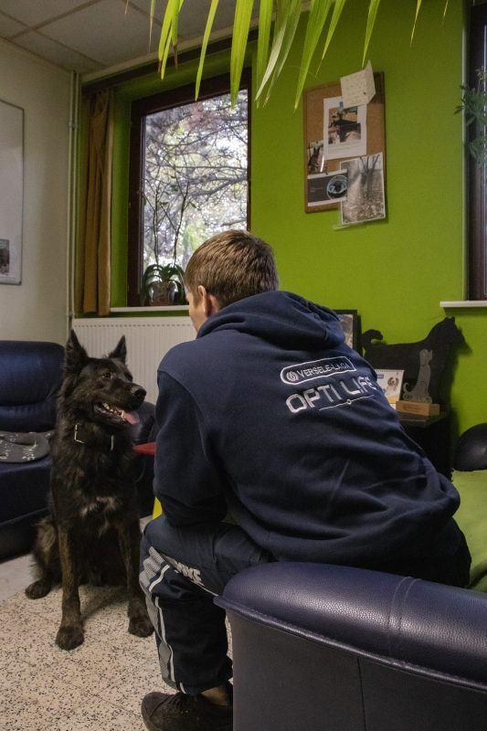 Mathis met zijn hond Taxi in de CAT-living. Daar kunnen de patiënten ongestoord wat tijd doorbrengen met hun hond. (FOTO: Stéphanie Van Laethem)