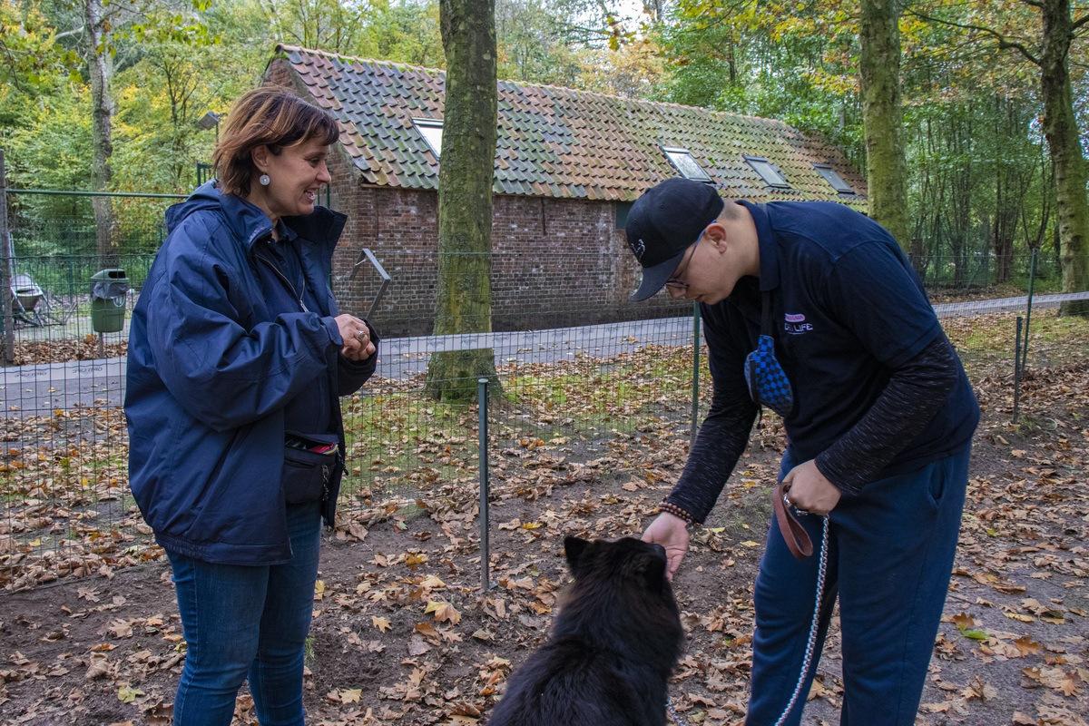 Jason traint zijn hond Boy onder begeleiding van therapeute Carine. (FOTO: Stéphanie Van Laethem)