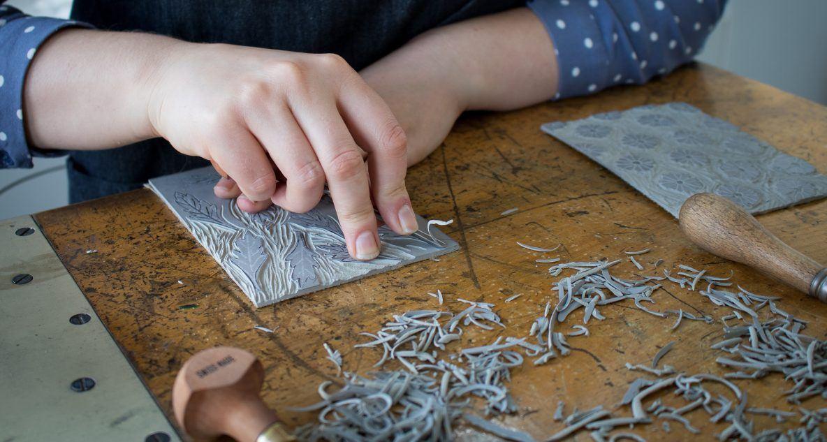 Marie-Alice bewerkt een linosnede. © Helena Cupak