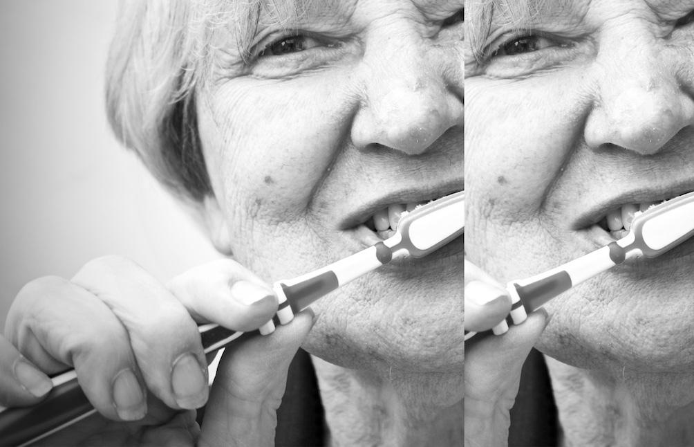 Berthy poetst haar tanden.