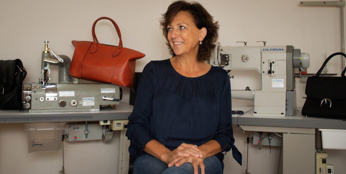 Helena Sergooris poseert in haar hobbykamer met zelfgemaakte handtassen.