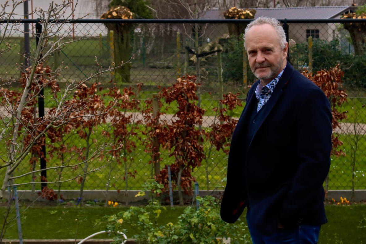 Peter Verhamme poseert in zijn tuin