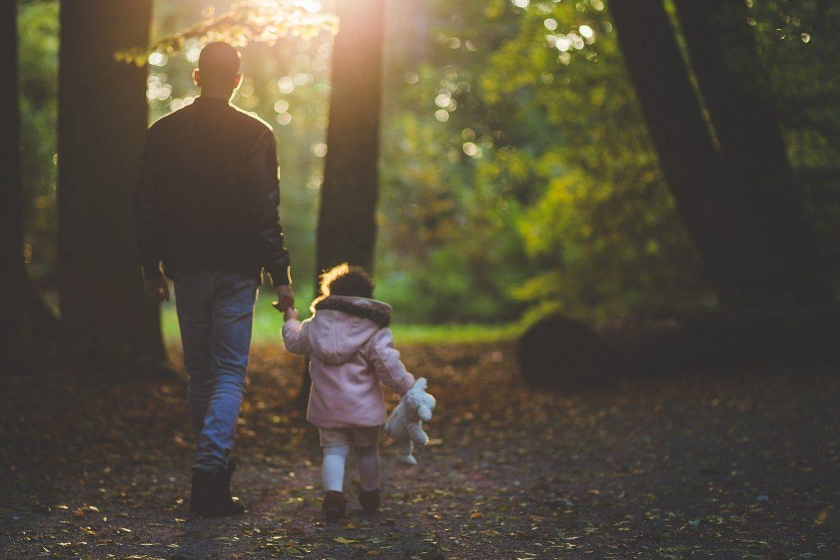 Man met dochter in het bos