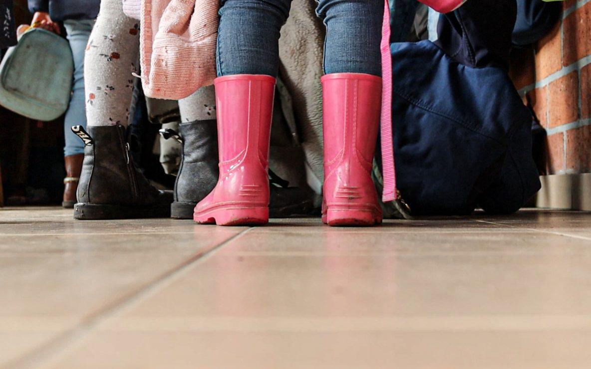 Roze botjes in de gangen van de kleuterklas